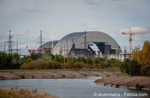 Une arche géante de confinement se met en place au-dessus du réacteur qui a explosé à Tchernobyl