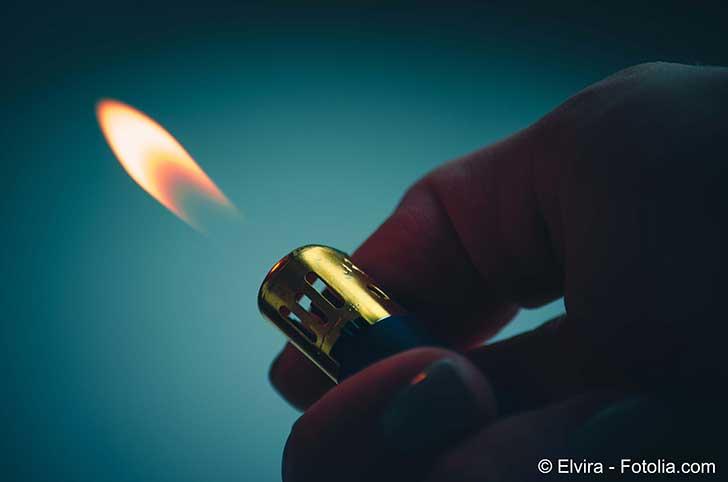 Fumer tue mais et allumer une cigarette avec un briquet peut aussi �tre dangereux