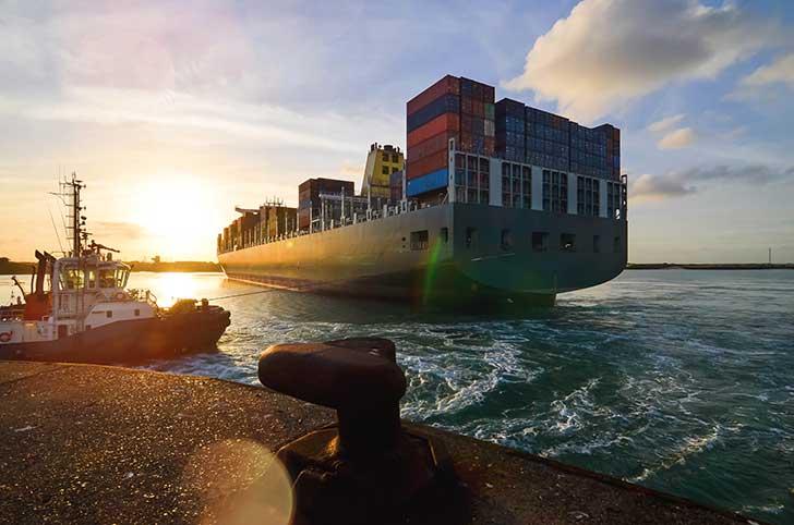 Le chargement des conteneurs en pontée sur les cargos est un danger