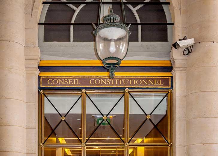 En période de crise le Conseil constitutionnel autorise des dérogations à la constitution