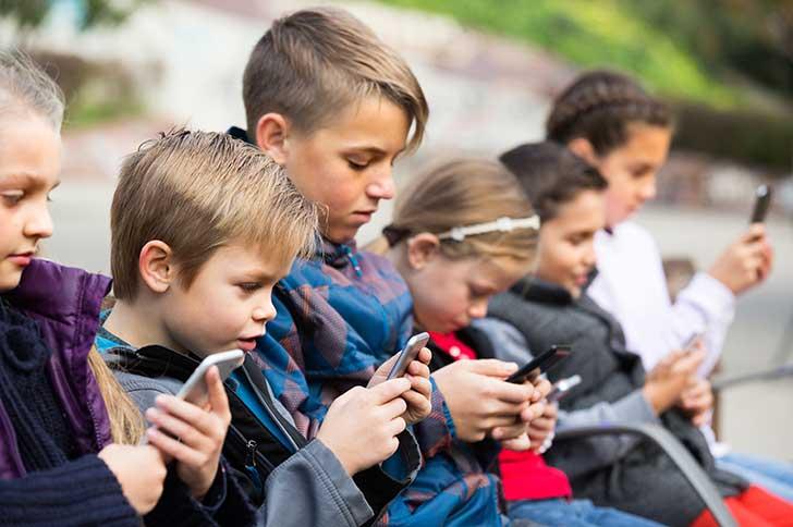 L�Exposition pr�coce des jeunes enfants aux �crans est qualifi�e de fabrique du cr�tin