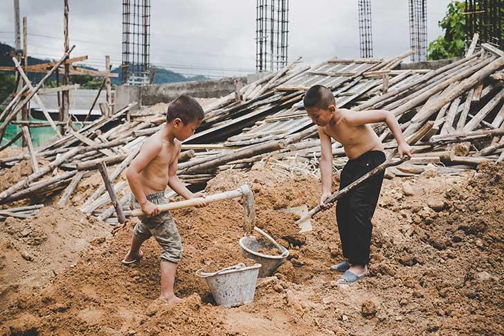 La croissance de la pauvreté dans le monde met de plus en plus d'enfants au travail