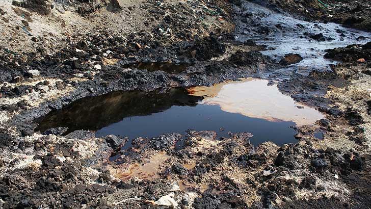 Total doit récupérer 900 m3 de pétrole brut rependues dans la nature en Ile de France