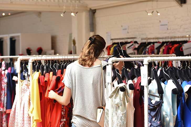 Le prêt à porter se met aux vêtements d'occasion